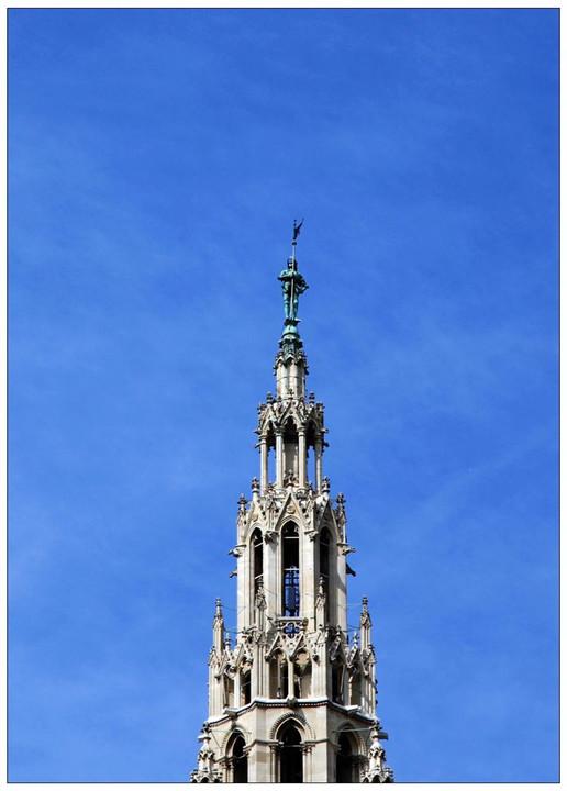 从1872年开始建造的新哥特式风格的建筑,中间是一个极大的中央尖塔