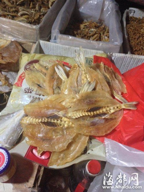 连江凤翔路集市,摊位贩卖的河豚干;陈同庆正是从这家摊点买来河豚干,导致一家人中毒