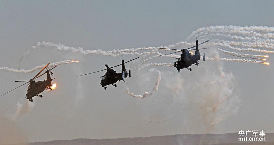 直升机对敌地面目标实施精确打击。谭超摄