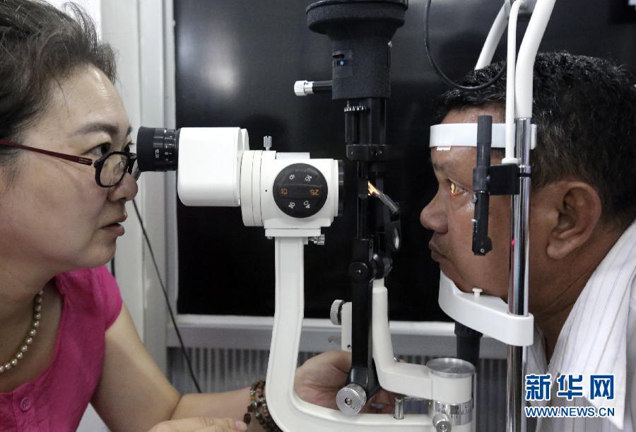 中国医生在缅甸为白内障患者免费手术(组图)