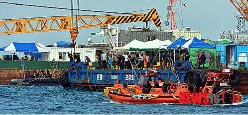"""4月16日,载有476人的""""世越号""""客轮在韩国西南部海上发生浸水事故后沉没,此事故造成294人死亡,至今仍有10人下落不明。"""