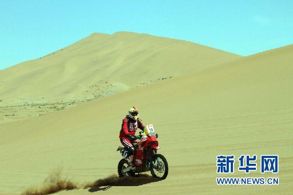 2014中国越野拉力赛巴丹吉林赛段中国金城车队苏文敏获摩托车组冠军。 张千里摄