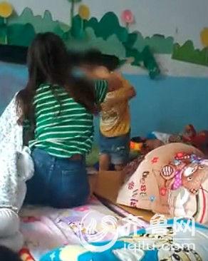 女教师继续扇男童耳光。