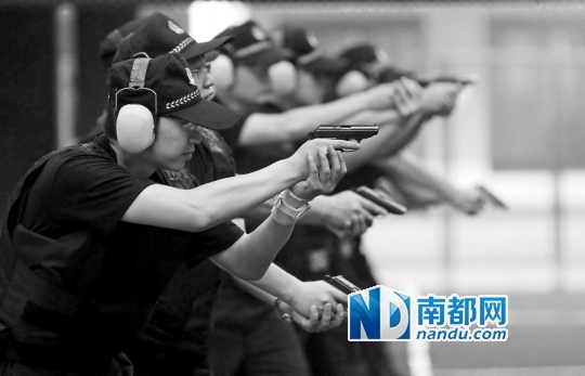 ...武装的特警和防暴车在广州北京路定点警戒.   他扣动扳机目...