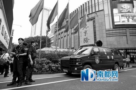 5月1日全副武装的特警和防暴车在广州北京路定点警戒.   ...