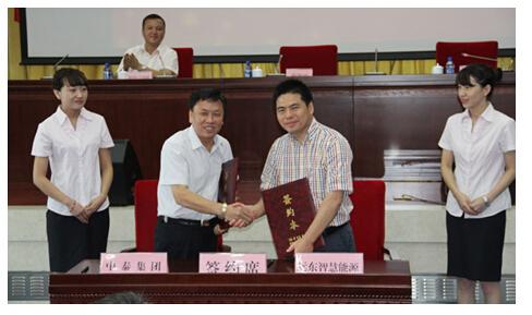 蒋锡培(右)与王洪欣(左)签订战略合作协议