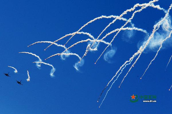 原文配图:歼-10战机施放红外干扰弹迷惑敌人。特约记者谭超摄