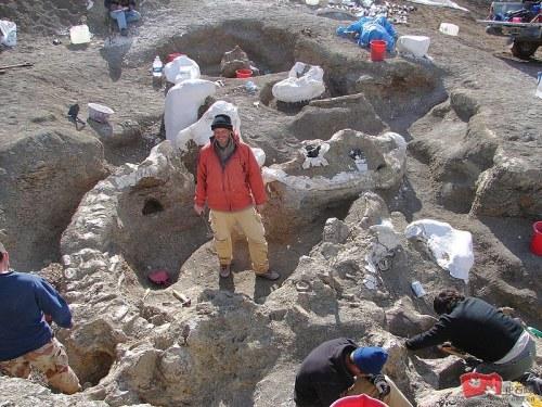 图为科学家在考古现场。