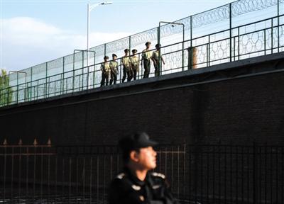 昨日,武警战士在延寿县看守所巡逻执勤。新华社记者 王凯 摄