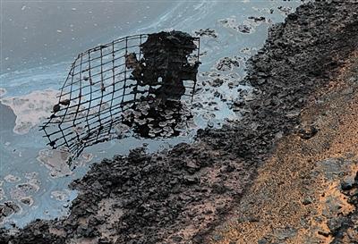 未经处理的废水排入后,经过自然蒸发沉淀下来的黏稠物,这些物质被用铲车铲出,直接埋在沙漠里面。