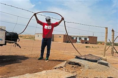 巴特尔的家在腾格里沙漠水源地上游,几年前几米下就能抽上水,现在水位下降至少40多米。