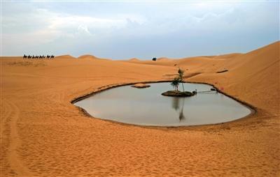腾格里沙漠深处有一小湖泊,被开发成旅游景点。不过,由于地下水开采加剧,这个湖泊越来越萎缩。