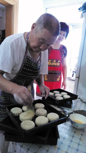 每年中秋,丁玉信都会亲手制作老式月饼免费送给街坊邻居。