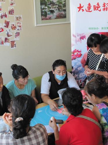 大家聚集一堂和老师学做冰皮月饼。