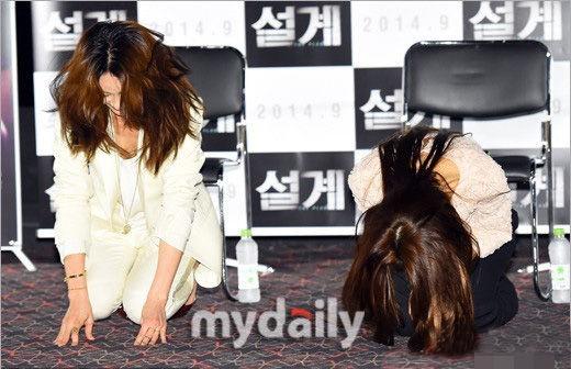 两名韩国女星为电影宣传向观众下跪