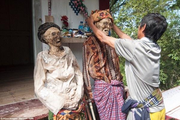 番�_印尼村落风俗:每年挖出亲人尸体梳洗打扮(图)
