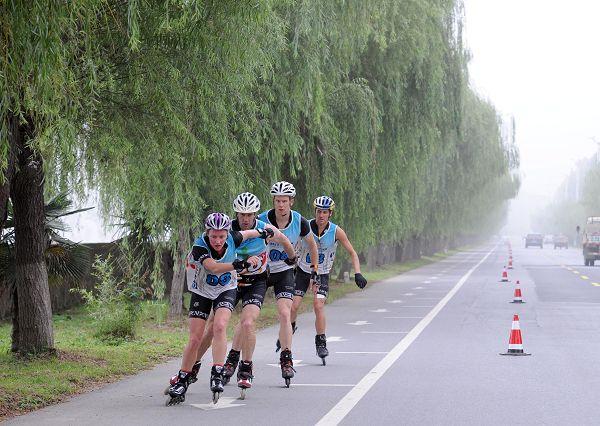 图文:2014生态四项赛 选手们一字型队列前进