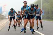 图文:2014生态四项赛 选手们在轮滑比赛中