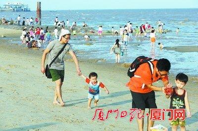 游客在环岛路海边嬉戏。