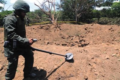 9月7日,一名士兵在陨石坠落地点附近勘探。