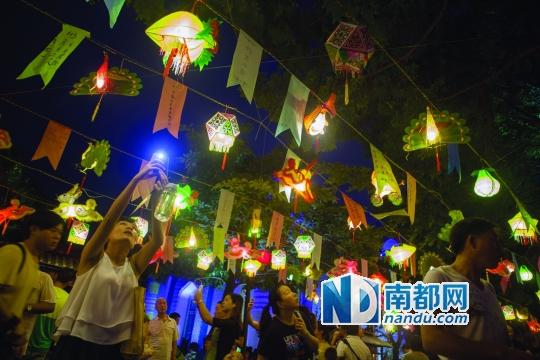 昨晚,不少市民来到锦绣中华景区内赏花灯猜灯谜。 南都记者 霍健斌 摄