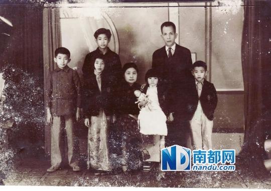 20世纪40年代袁振英夫妇与5个子女拍摄的全家福。南都记者 贺蓓 翻拍
