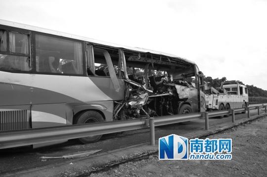 大巴先与货车追尾,而后越过中心护栏,被另一大巴拦腰撞上。肇庆公安供图