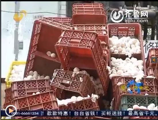 图为事故现场,三轮车侧翻,5吨鸡蛋碎一地。(视频截图)