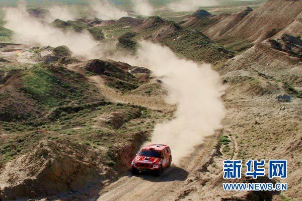 在赛段里救助翻车对手的东方赛车队马淼/廖岷车组在比赛中疾驰向前。 张千里摄
