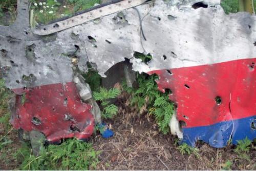 图为荷兰安全委员会公布的MH17坠毁调查报告中公布的机身上的小洞。