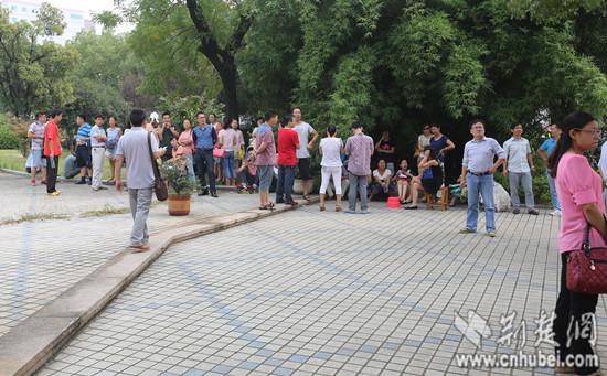 数十老师陆陆续续在学校广场聚集
