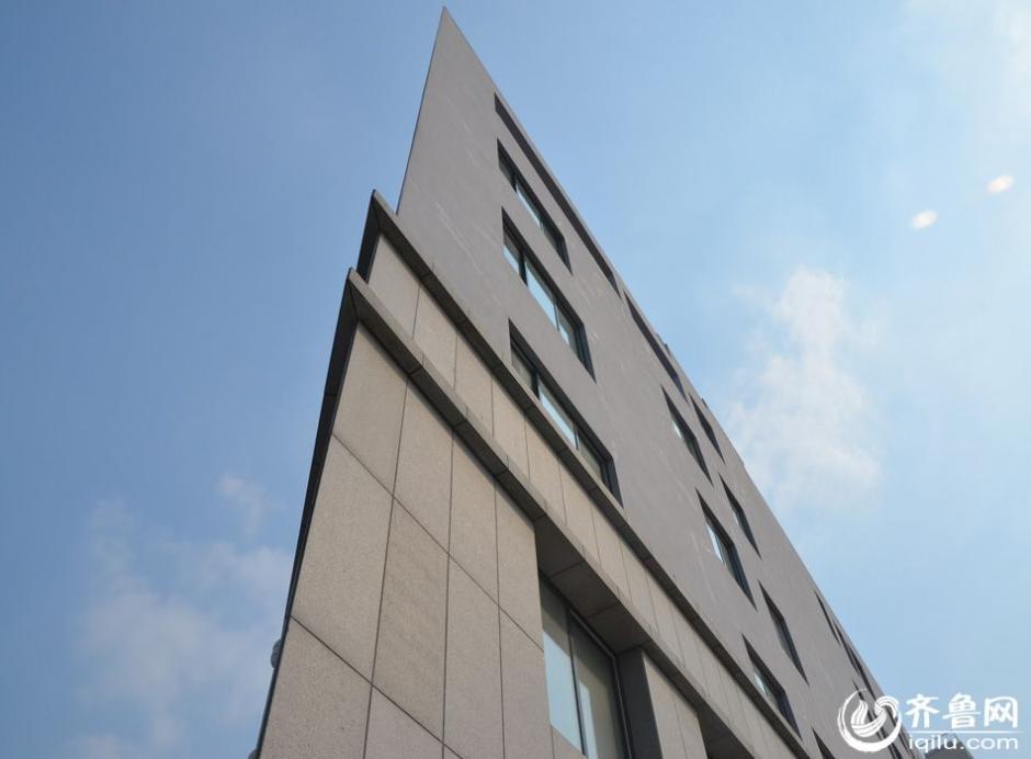 9月10日消息,济南市土屋路一建筑,从大多数角度来看都像是只有一个面,神似纸牌屋。