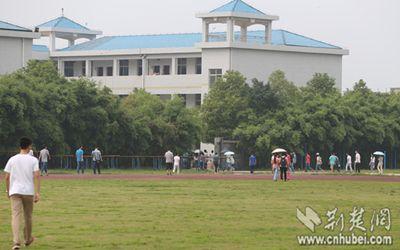 下午14:20,孝感高中学生陆陆续续赶往教室上课,与往常无异。