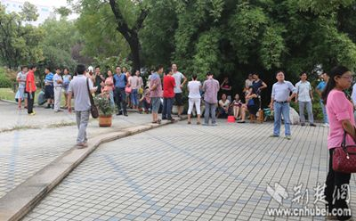 数十老师陆陆续续在学校广场聚集。