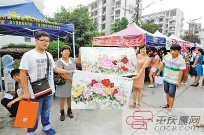 西政新生赵一铭的妈妈李富荣(左二)送画给老师。