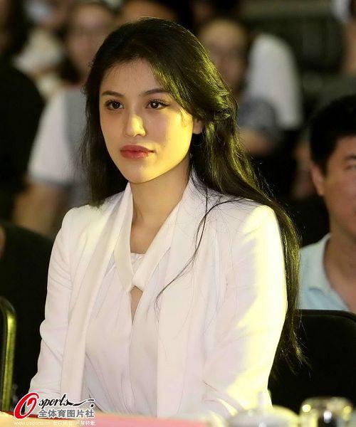 刘翔老婆葛天照片_图文:刘翔携妻子葛天出席活动 娴静如花-搜狐体育