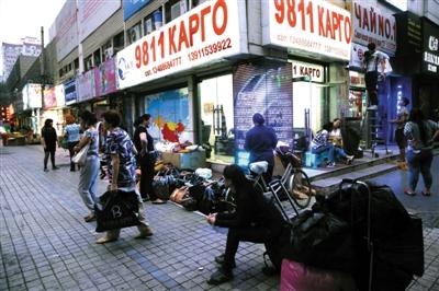 昨日,雅宝路路边的小店大多都会占用门前的空间摆小摊,给行人和管理带来不便。 新京报记者 李飞 摄