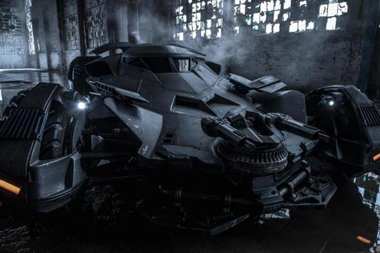 《蝙蝠侠大战超人》发新剧照 超炫蝙蝠车露真容
