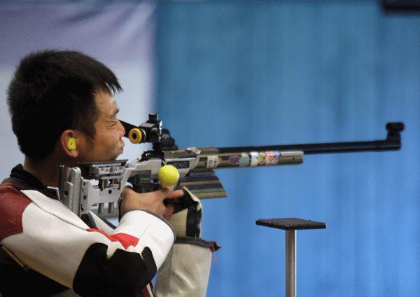 图文:射击世锦赛西班牙激战 朱启南在比赛中