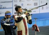 图文:射击世锦赛西班牙激战 朱启南比赛中调整