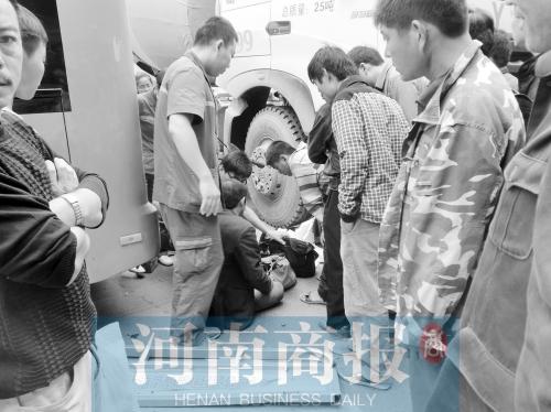 急救人员正在询问骑电动三轮车男子的身体情况