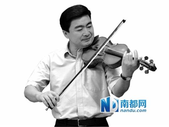 2010年9月1日,王荣在深圳实验学校拉小提琴即兴演奏。南方日报供图