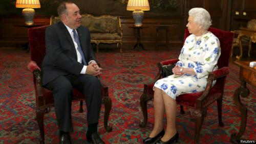 英国女王伊丽莎白二世曾在7月接见苏格兰首席部长萨蒙德。