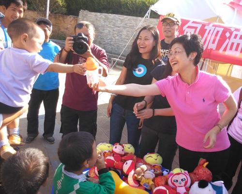 大众汽车集团(中国)副总裁杨美虹女士在骡马口安全驿站为儿童发放礼物