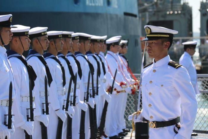 图为日本海上自卫队军官和澳大利亚海军军官联合献花.