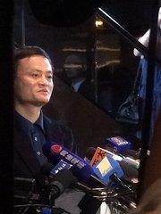 """马云意外现身阿里巴巴香港路演,在会场马云再次表达对香港资本市场的尊重。他说:""""阿里选择了错误的时机,因此错过了香港。""""(更多独家财经新闻,请加微信号cbn-yicai)"""