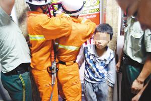 电梯当成游乐场4个熊孩子受困了