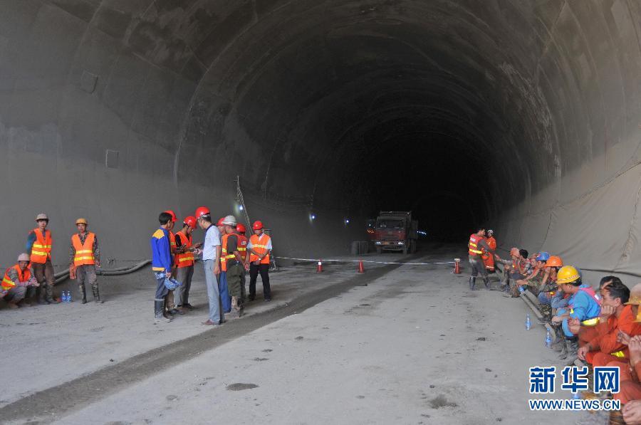 中铁隧道云南事故_云南一铁路施工隧道发生坍塌6人被困(组图)-搜狐新闻
