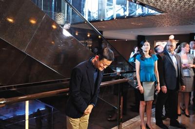 """9月15日,香港,阿里巴巴集团董事局主席马云""""意外""""出现,对与会者讲话。他原本不在香港路演团队名单中。图/CFP"""