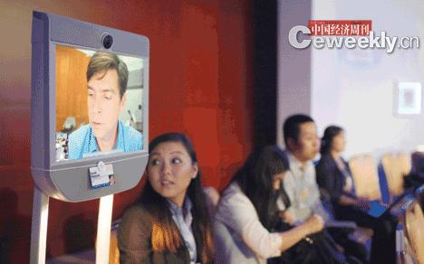 """美国适特宝科技公司CEO斯科特・哈桑派出了爱将""""beam""""机器人,""""代表""""身在加州的他参加天津夏季达沃斯。"""